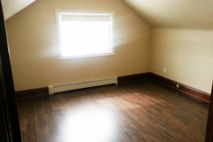 Upper 1 bedroom — 276 Ash St Downtown — Parking + Laundry