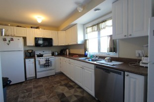 ****HUGE 2 LEVEL APARTMENT IN NEWER BUILDING****